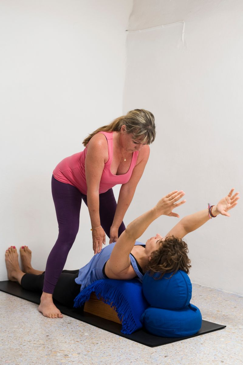 oona helping a yoga student