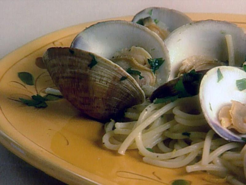 spaghetti with clams on a plate