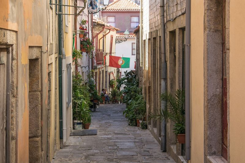 narrow streets lisbon