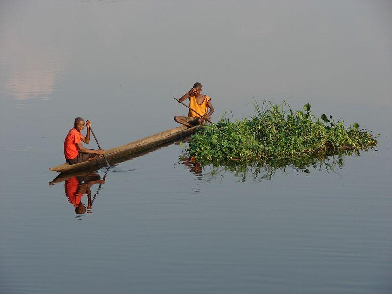 congo-river-pirogue