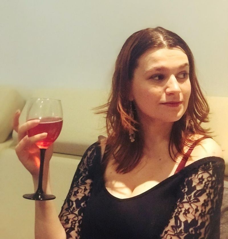 miriam cihodariu with wine glass