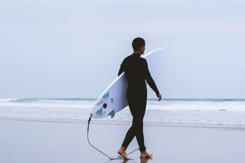 wetsuit-surfing
