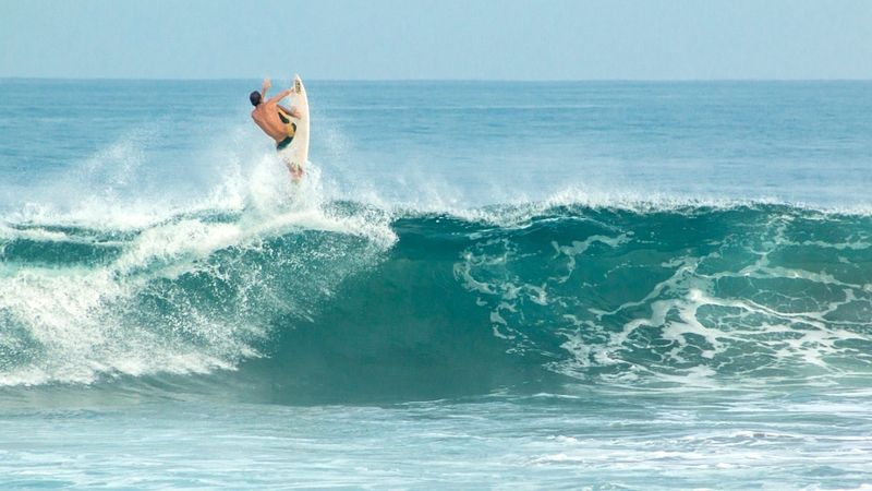 surf-pascuales-colima-mexico