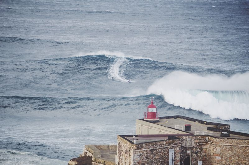 surfing-nazare-portugal